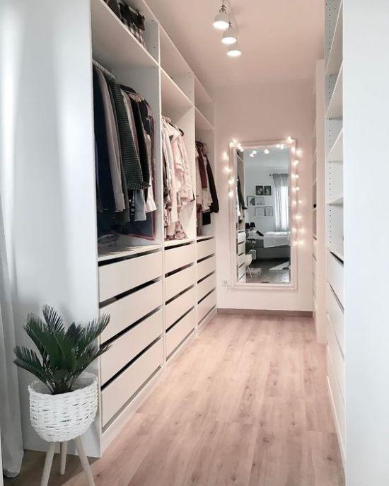 Minimalistisches Schrankdesign mit Schubladen mit offenen Regalen und Haltern – Ein weißes … – Typical Miracle Best Bathroom Mirror Cabinet